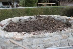 Befüllung des Hochbeetes mit Kompost und Mutterboden